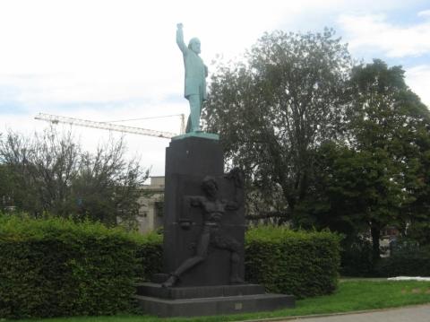 Ferdinand Domela Nieuwenhuis Statue